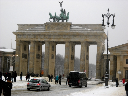Brandenburger Tor im Winter mit Schnee