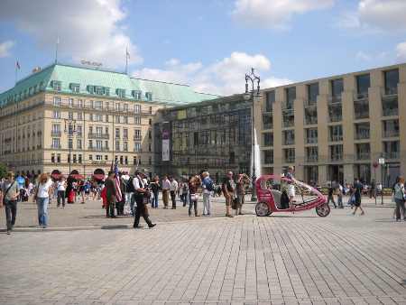 Pariser Platz hinter Brandenburger Tor